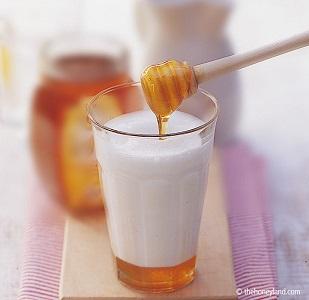 Contro la tosse latte e miele, la ricetta della nonna funziona sempre?