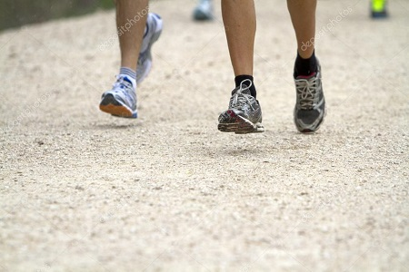 Con scarpe da corsa super-ammortizzanti più lesioni a corridori